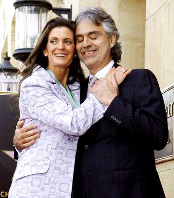Foto de Andrea Bocelli abrazando a su amor