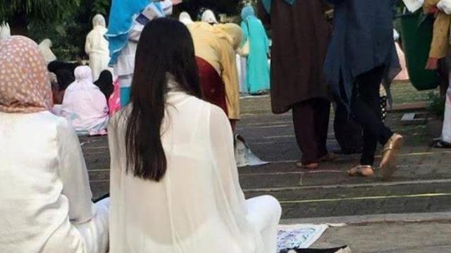 Parah! Wanita Ini Pakai Kain Transparan Saat Salat Idul Adha