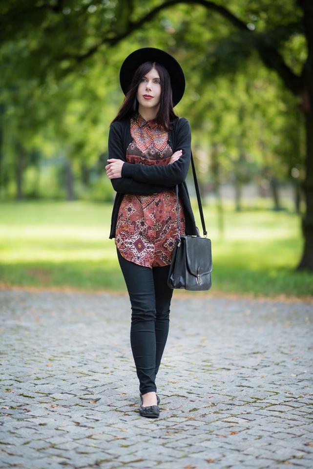 pre-fall outfit | stylizacja boho na jesień | styl boho | jak ubrać się jesienią | stylizacja z kapeluszem | tunika w etniczny wzór | teczka vintage | blog o modzie | blog szafiarski | blog modowy