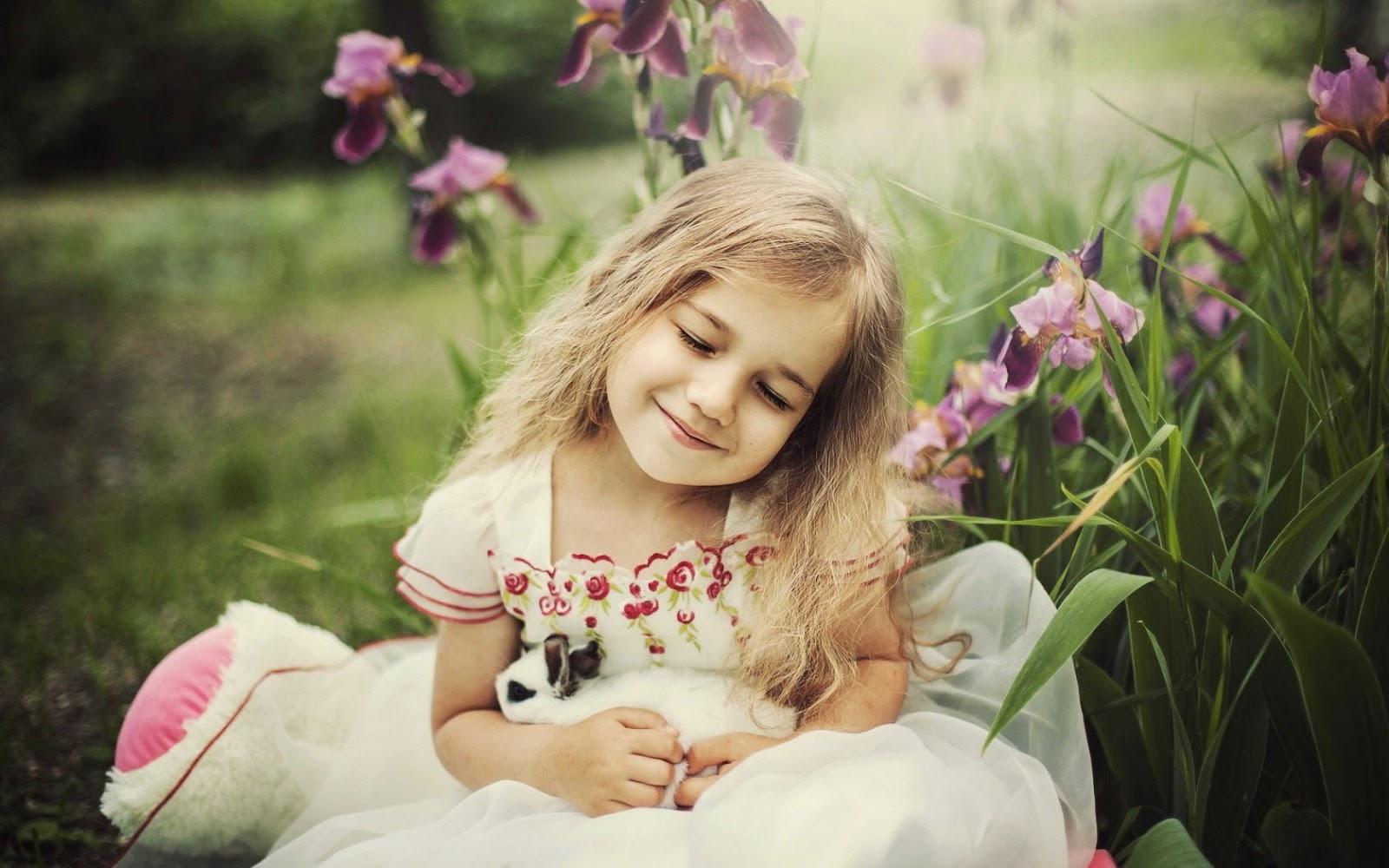 Gratis gambar anak perempuan cantik tersenyum dengan hewan kelinci