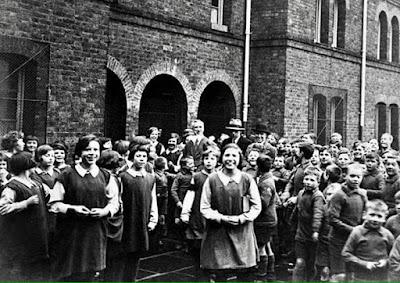Чарли Чаплин в окружении детей в Хануэллском работном доме, 1931 г.