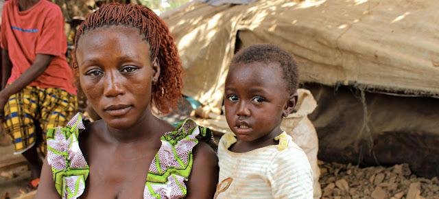 Una refugiada centroafricana junto a sus hijos en un campamento improvisado en el pueblo de Ndu, en la República Democrática del Congo.ACNUR/Fabien Faivre