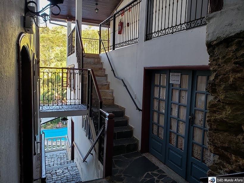 Porta do nosso quarto (à esquerda) e a porta da área do café (à direita) - pousada Arcadia Mineira