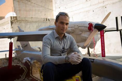 """شغف التحليق يدفع شاباً إلى """"صنع طائرة"""" في وادي زم"""