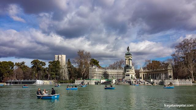 Barcos a remo no Parque do Retiro, em Madri