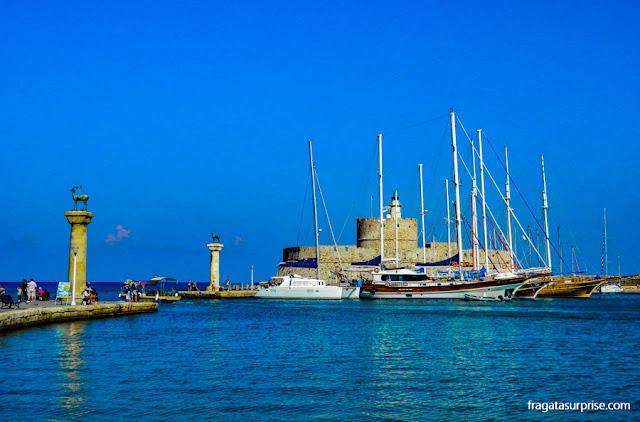 Porto de Mandráki em Rodes, Grécia