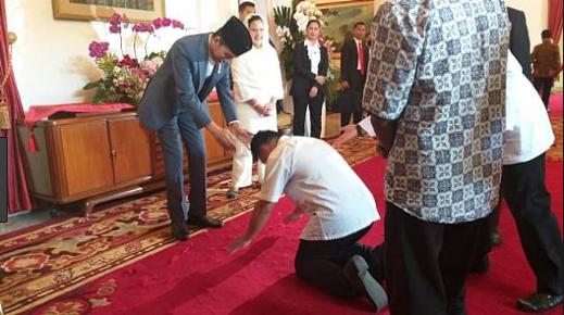 Aksi Sujudnya di Depan Jokowi Jadi Viral, Pria Ini Bikin Pengakuan Mengejutkan?