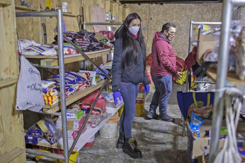 Adriana Barrientos llegó con 150 kilos de merluza a ayudar a ollas comunes de Lo Espejo
