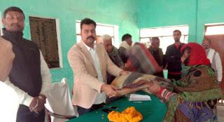 Jaunpur : भाजपा नेता ने जरूरतमंदों को दिये कम्बल