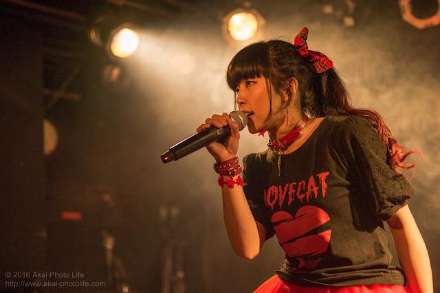 ポップロックシンガー嵯峨野礼子、モルガーナで撮影したライブの写真