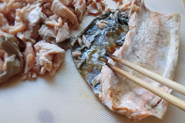 15分経ったら火を止め、鮭をまな板に移して菜箸などを使って身と皮をはがしてほぐして完成です。