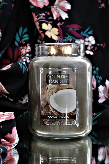 coconut wood country candle avis, bougie coconut wood country candle, country candle coconut wood review, bougie country candle coconut wood, bougie parfumée à la noix de coco, coconut candle, bougie parfumée country candle, country candle, country candle review, blog bougie parfumée, bougie parfumée américaine, bougies country candle