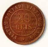 A imagem mostra uma moeda de 20 reis que esquivante a um vintém.