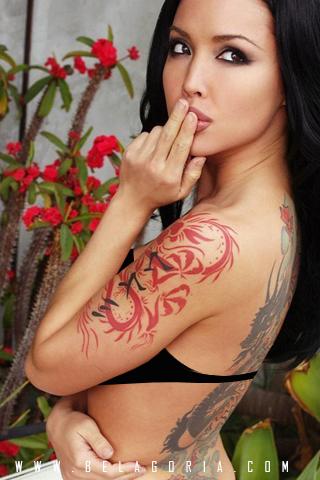 Precioso ejemplo de un tatuaje de dragón tribal y otro en la espalda de estilo japonés