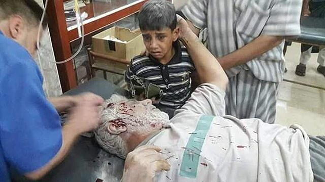 Seorang Cucu Sedang Menangis Melihat Kakeknya Terluka karena Bom Barrel Di Suriah, Mohon Luangkan Waktu Untuk Doakan Umat Islam Di Suriah