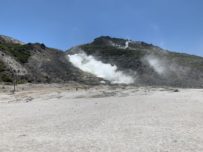 硫黄山の麓