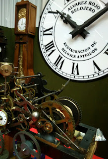 Antiguo reloj depared con maquinaria vista, desembalaje de bilbao