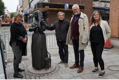 Den nya skulpturen på plats med konstnär och företrädare för kommunen runtom.