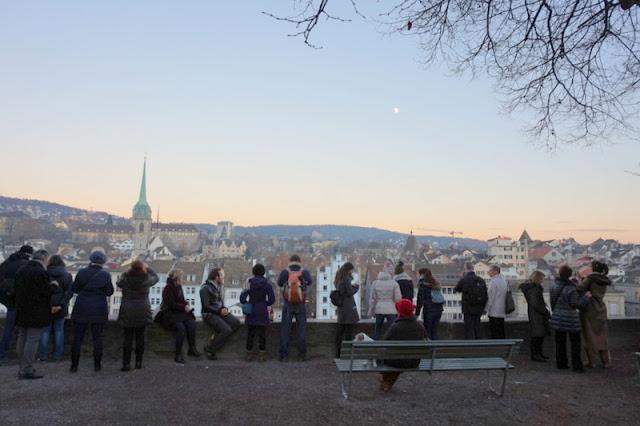 Zürich Lindenhoff Hillistä on hieno näkymä joelle