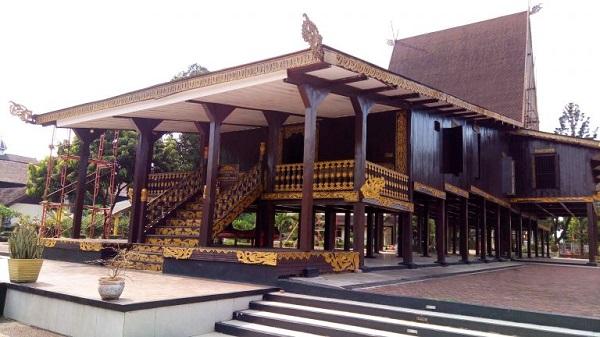 Rumah adat Babungan tinggi dari Kalimantan selatan