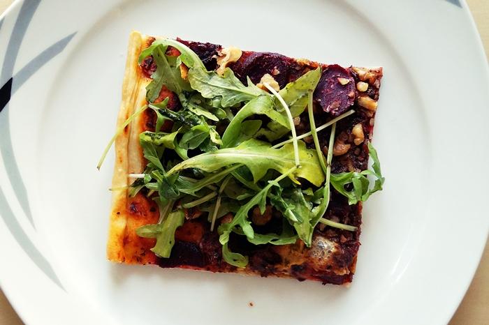 Pizza mit roter Bete, Walnüssen und Rucola