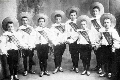 """""""Восемь ланкаширских парней, май 1899. Кто из них Чарли Чаплин?"""