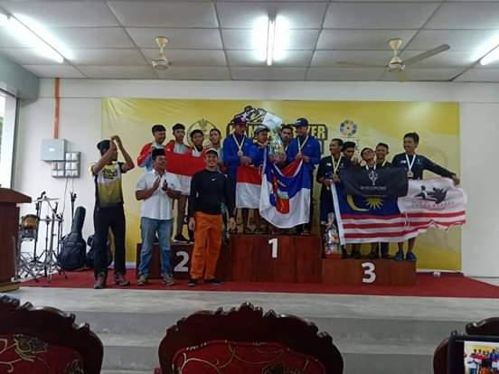 Tim Arung Jeram RGS saat meraih trofi di Malaysia.