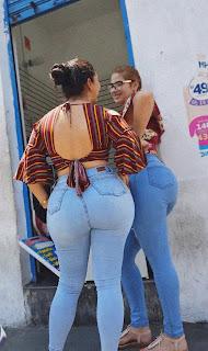 Hermosa mujer caderas anchas jeans entallados