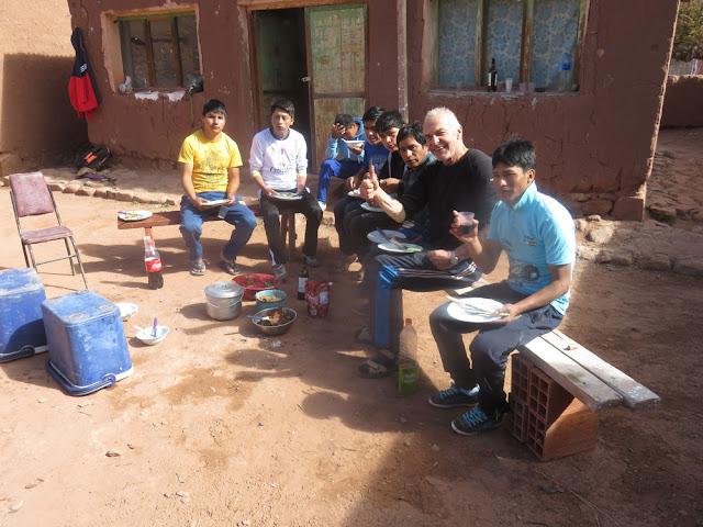 """Am Sonntag war Grillen in Casa Grande mit den Pfarrarbeitern … da sie unter schwierigen Bedingungen arbeiten, Kälte, muss die """"Moral der Truppe"""" gestärkt werden"""