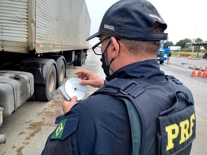 PRF flagra caminhoneiros descumprindo Lei do Descanso na BR-101/PE