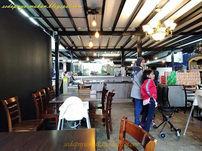 ruang dalam Tiny Boutique Cafe