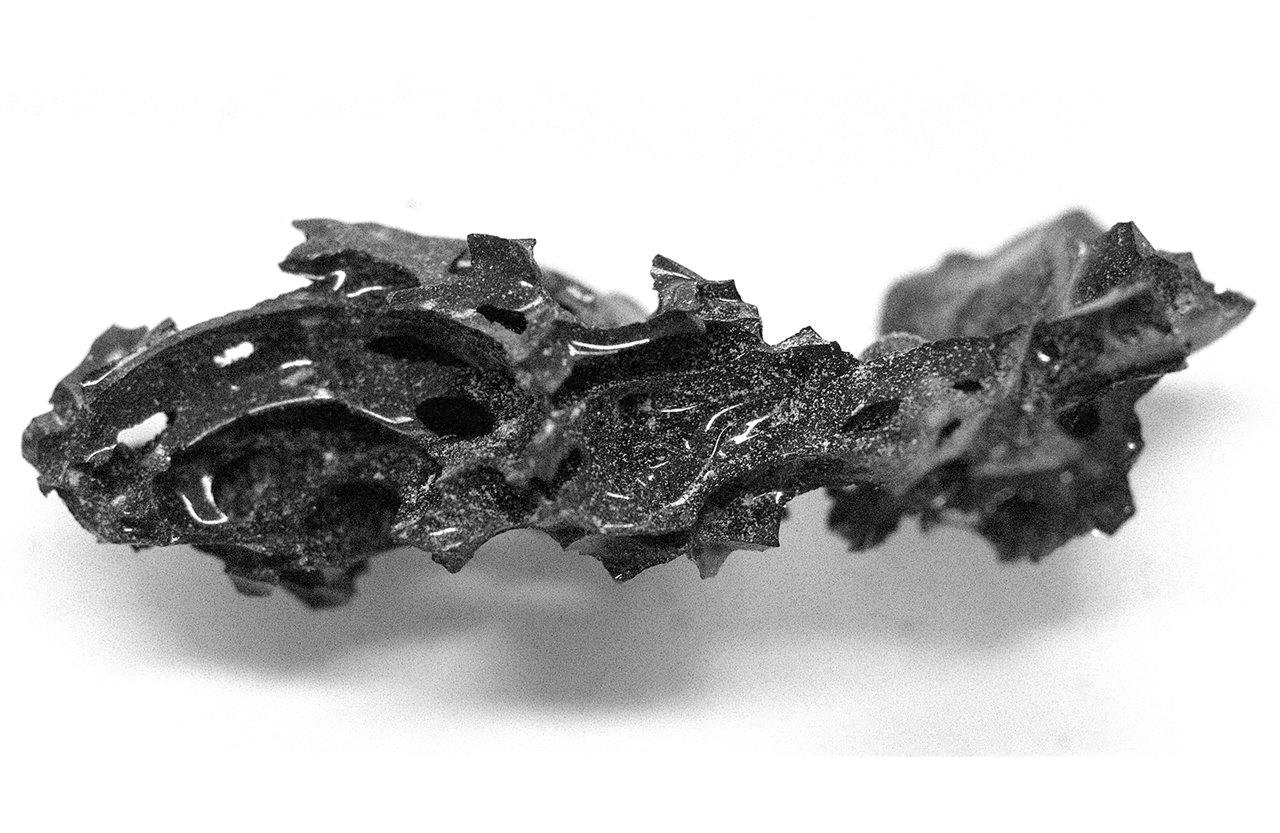 Pequeño fragmento de cerebro humano vitrificado por la erupción del Vesubio en el año 79 d.C. Foto: Pier Paolo Petrone.