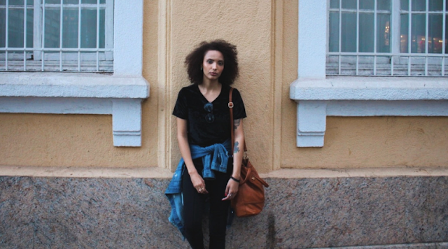 Look do Dia: All Black | Blusa de Veludo + Jaqueta Jeans + Tênis Rosa