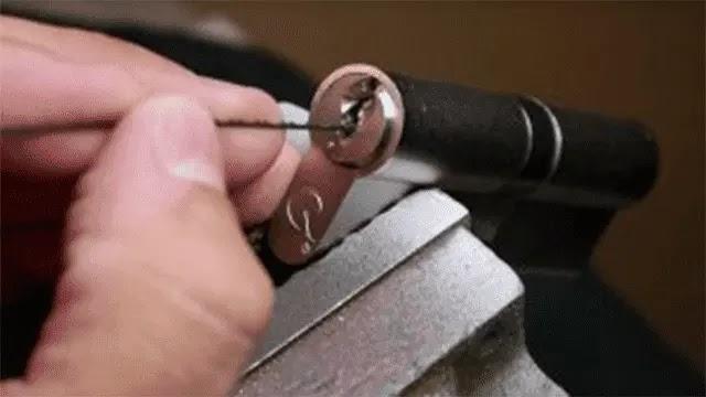 كيفية إزالة المفتاح العالق في الباب