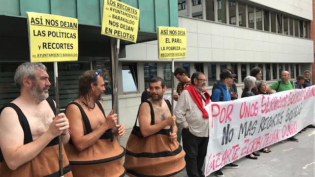Protesta de Berri-Otxoak ante el Ayuntamiento de Barakaldo por los recortes de servicios sociales