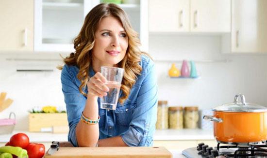 MINUM SEGELAS AIR PUTIH :  Mulailah hari anda dengan minum segelas air putih yang sangat bermanfaat untuk kesehatan dan anda bisa lebih bahagia sepanjang hari. Gambar dari iStock/elenaleonova