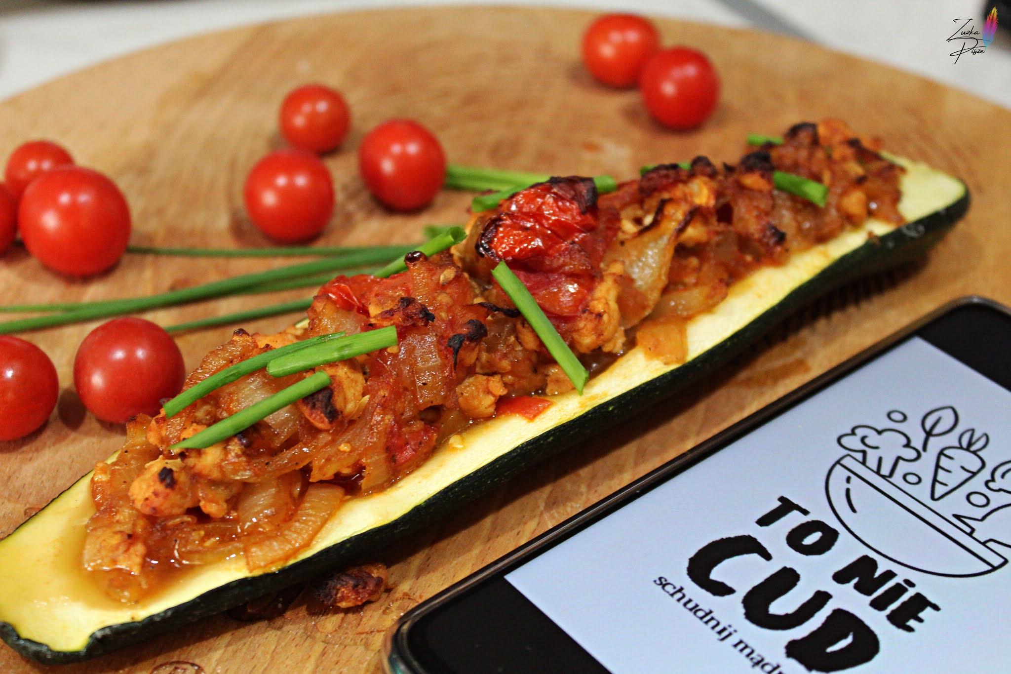 Cukinia faszerowana warzywami i mięsem z piersi kurczaka - przepis