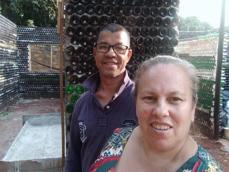 Educadora constrói casa com garrafas de vidro, em Foz do Iguaçu: 'Além de  tirar do meio ambiente, vou ter meu cantinho' - Jornal do Estado MS