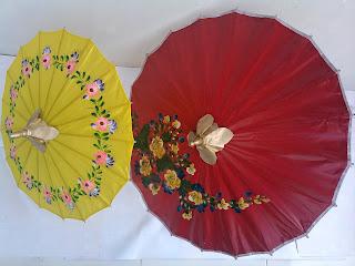 Payung geulis dari bahan kain dan kertas