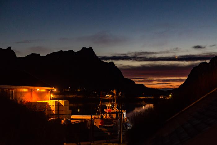 Reine kalastajakylä satama auringonlasku Lofootit