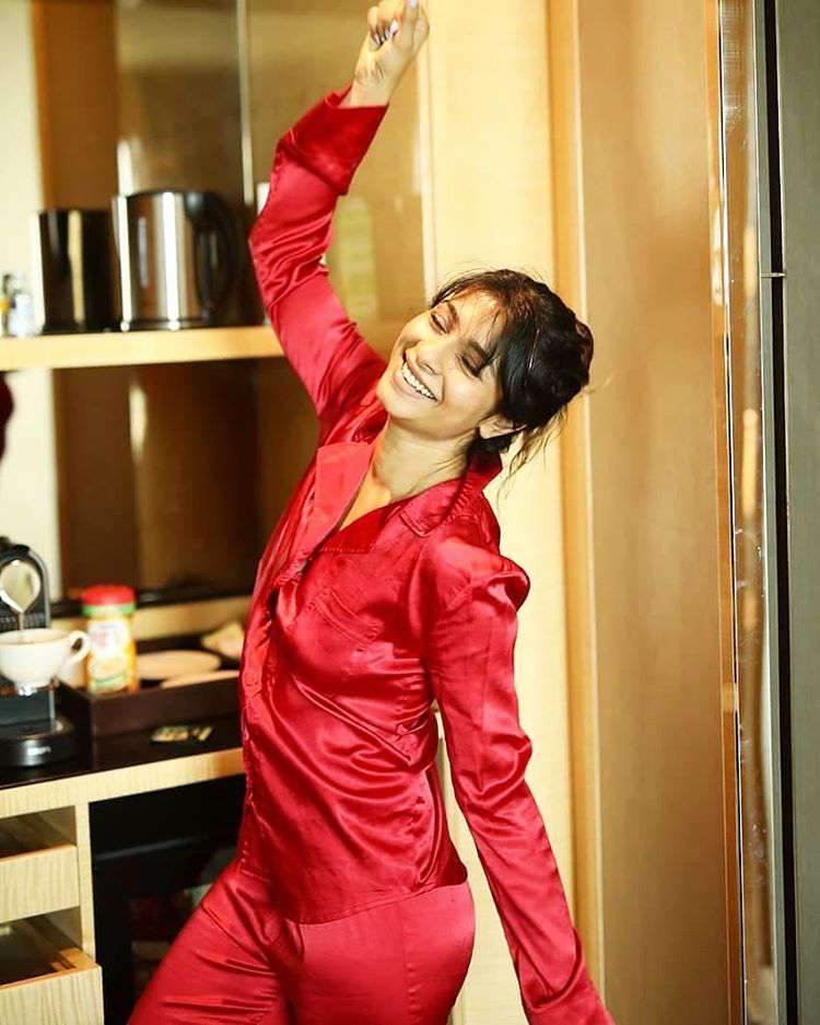 Tanisha Mukherjee Cleavage Photoshoot And Hd Wallpaper