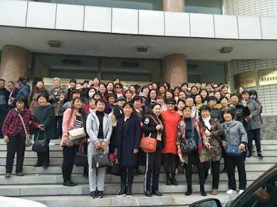 """辽宁锦州市200多位被""""下岗""""民代幼教师昨天到市教育局上访维权(图)"""