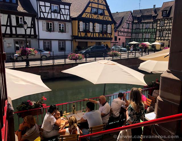 Terraza sobre el canal en el mercado de Colmar | Alsacia y Selva Negra en autocaravana