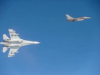 Jet Tempur Su-27 Rusia Kejar Pesawat F-16 NATO