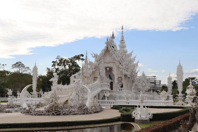 """Được xây dựng từ năm 1997, tất cả kiến trúc của chùa đều được làm thủ công bởi Chalermchai. Năm 2014, trận động đất lớn đã phá hủy một phần của ngôi chùa. Tuy nhiên điều đó không làm nản lòng người nghệ sĩ tâm huyết. Chalermchai vẫn tiếp tục hoàn thiện """"công trình cuộc đời"""" của mình mà ông dự định sẽ hoàn thành vào năm 2070."""