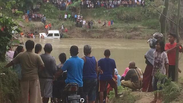 Tujuh Sekeluarga Dalam Mobil Tenggelam, Lima Jasad Ditemukan
