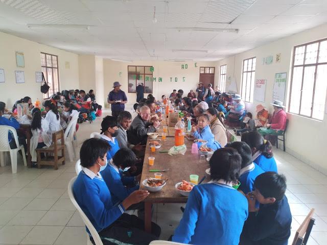 Dankgottesdienst und gemeinsames Mittagessen im Speisesaal der Schule von Río Mojón.