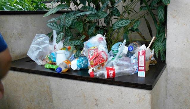 展示品のそばに捨てられたゴミ