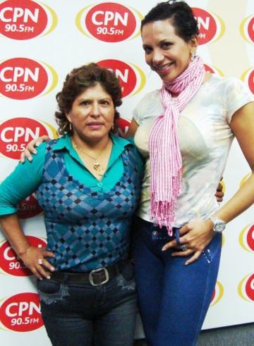 Foto de La Mecánica del Folclore abrazando a Mónica Cabrejos