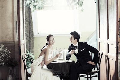 korean having tea pose
